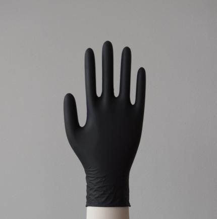 Imagen guante de nitrilo negro  en mano
